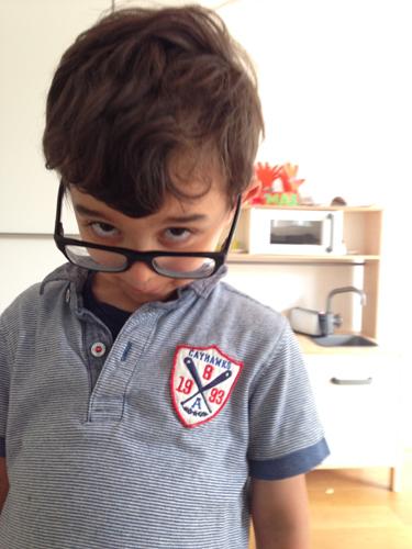 Kleiner Philosoph auf der Suche nach Antworten- mit Mamas Brille